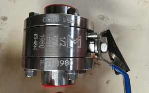 Ball valve floating type duplex A182 F51 UNS S31803 body stem and ball close up